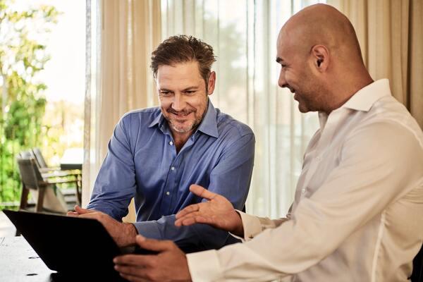 A imagem contém um advogado empresarial, um dos tipos de Direito, apresentando um contrato para o cliente