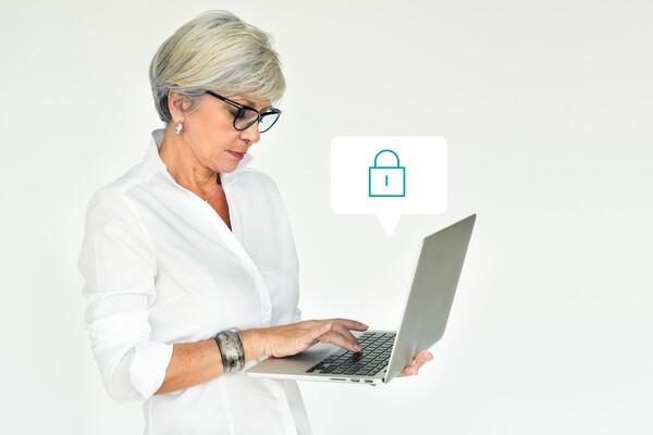 A imagem contém uma senhora mexendo em seu notebook e, acima dele, há um balão de diálogo contendo o ícone de um cadeado com o objetivo de mostrar que o Direito Digital também atua sobre questões de segurança cibernética.