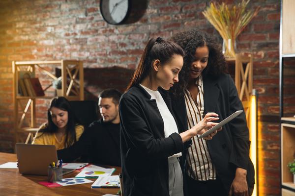 A imagem contém estagiários e estagiárias conversando, no Dia do Estagiário.