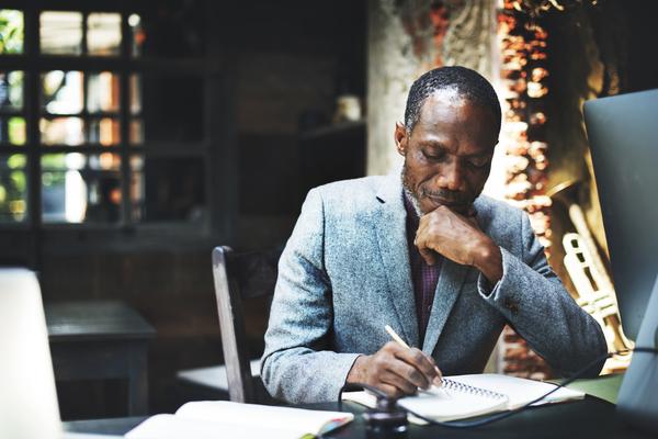 A imagem contém um senhor advogado praticando o desenvolvimento de carreira através dos estudos.