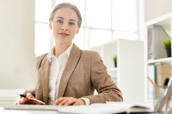 A imagem contém uma advogada especialista em Direito Ambiental trabalhando em seu escritório.
