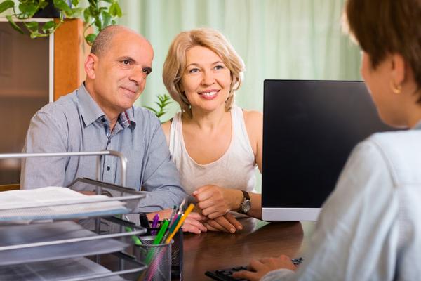 A imagem contém um casal de idosos buscando ajuda a uma advogada previdenciária. Ela buscou saber como iniciar na advocacia previdenciária e atua, hoje, com sucesso.